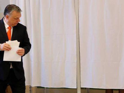 Viktor Orbán, en el colegio electoral donde depositó su voto, el domingo en Budapest.
