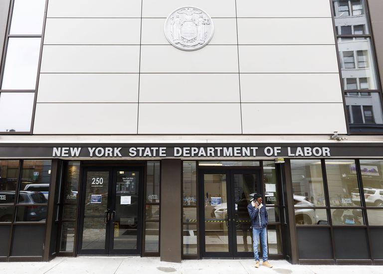 Un hombre frente a una oficina cerrada del ministerio de Trabajo de Nueva York, este viernes.