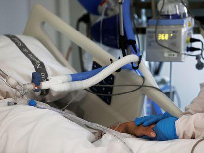 Una enfermera de la UCI del Complejo Hospitalario de Navarra atiende el pasado día 15 a un paciente ingresado en la Unidad de Cuidados Intensivos.