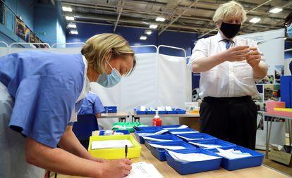 El primer ministro británico, Boris Johnson, visita un centro de vacunación contra la covid en Cwmbran (Galés), este miércoles.