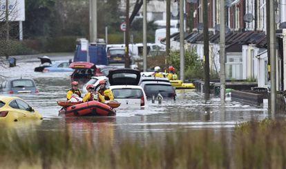 Los servicios de emergencia realizan labores de rescate en Nantgarw (Gales) tras las inundaciones causadas por la tormenta Dennis.