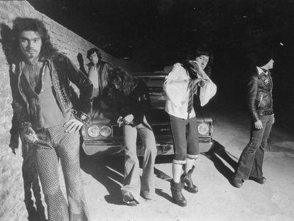 Burning en una de sus primeras fotografías, a finales de los setenta. Pepe Risi es el primero por la izquierda. Johnny es el tercero, tapado con su melena, y Toño, el primero por la derecha.