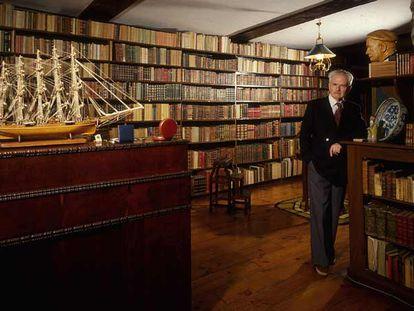 Julio Caro Baroja posa en la biblioteca de su casa de Itzea, barrio de Vera de Bidasoa (Navarra).