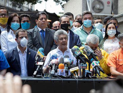 El líder opositor Henry Ramos Allup (centro) junto al presidente de la Asamblea Nacional, Juan Guaidó, en una rueda de prensa, en Caracas.