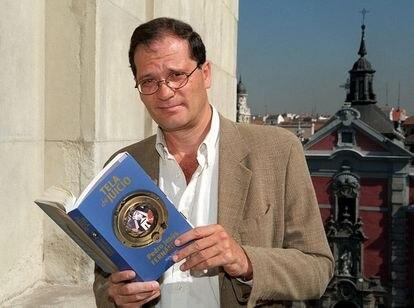 El escritor Pedro Jesús Fernández, cuando presentó en Madrid, en junio de 2000, su segunda novela, 'Tela de juicio'.