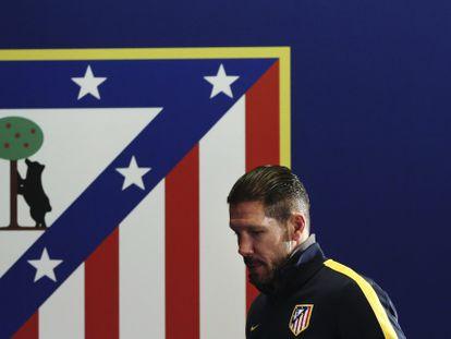 Simeone, junto a un escudo del Atlético.
