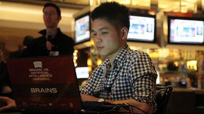 El jugador de póker profesional Dong Kim se enfrenta a través de la pantalla a Libratus, la inteligencia artificial que resultó victoriosa en el reto Brains vs. AI.