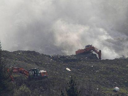 Dos máquinas actúan sobre el derrumbamiento de Zaldibar.