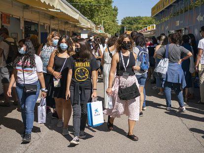 Visitantes de la 80ª edición de la Feria del libro en el Retiro de Madrid.
