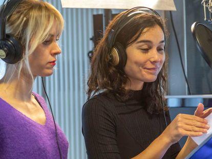 Maggie Civantos y Nadia de Santiago en la grabación de 'Peter Pan' en la cadena SER.