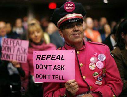 Un militante pide la revocación de la ley conocida como <i>Don't ask, don't tell</i> (No preguntes, no lo digas). El Senado de EE UU ha acabado hoy con esa ley que impedía a los homosexuales servir abiertamente en el Ejército.