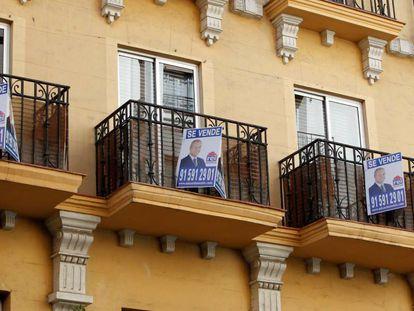 Anuncios de venta de viviendas en un edificio en Madrid., el pasado diciembre.