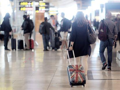 Una pasajera camina por la terminal 4 del aeropuerto de Barajas, este lunes.