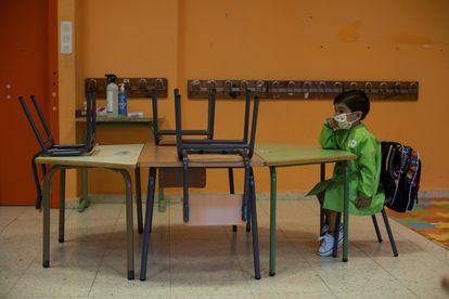 """Un alumno de Educación Infantil, en el primer día de colegio en el centro orensano """"Albino Núñez""""."""