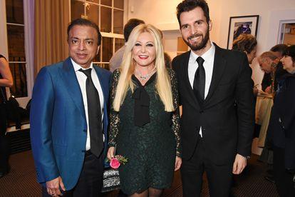 Pramod Mittal junto a los productores de cine Monika Bacardi y Andrea Iervolino, en los premios Bafta 2016 en Londres.