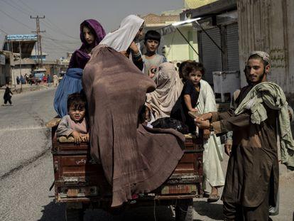 Una familia huye de su vecindario de Kandahar durante los combates entre los talibanes y el Ejército, el 10 de agosto.