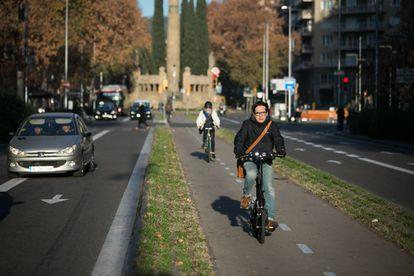 Ciclistas en un carril bici de Barcelona.