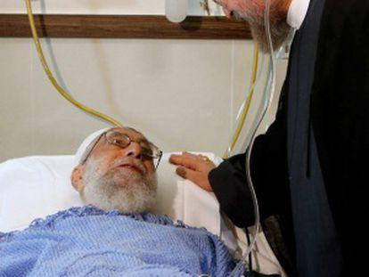 El presidente iraní (dcha) visita al ayatolá (izda) tras la operación