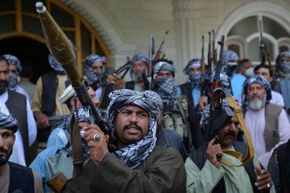 Milicias afganas leales a Ismail Khan, en Herat, este viernes.