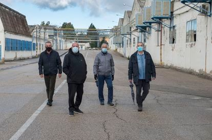 Pedro Gálvez, Juan José Gea, Gregorio Ordóñez y Victoriano López, extrabajadores de Santana Motor en Linares (Jaén), en una imagen tomada en las instalaciones de la antigua factoría este viernes.