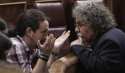 Pablo Iglesias conversa con Joan Tardà, en el Congreso.
