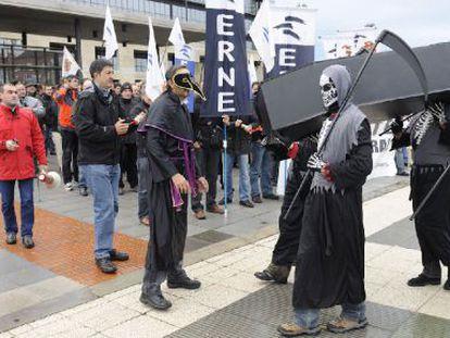 Sindicalistas de la Ertzaintza protestan ayer ante la sede del Gobierno en Vitoria mientras se reunía la Mesa de la Función Pública.