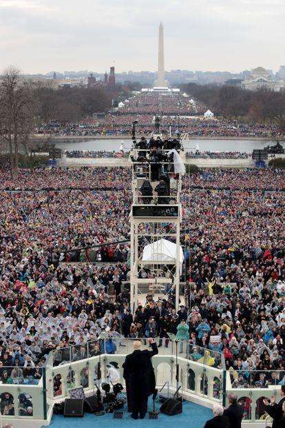 Trump levanta el puño, el 20 de enero de 2017, en el Capitolio  de Washington, durante la ceremonia de su investidura como presidente de EstadosUnidos.