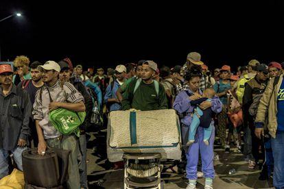 Migrantes centroamericanos cruzan México rumbo a Estados Unidos.