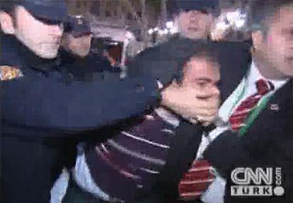 El agresor, de origen kurdo, es reducido por la policía española.