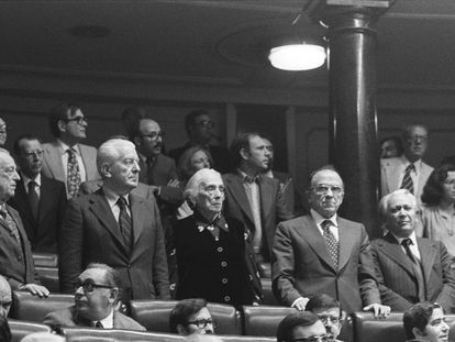 Los diputados del PCE, en pie en sus escaños en una sesión de la legislatura constituyente, en 1977. En primera fila, de izquierda a derecha, Rafael Alberti, Gregorio López Raimundo, Dolores Ibarruri 'Pasionaria', Santiago Carrillo e Ignacio Gallego.