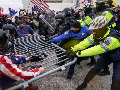 Seguidores de Donald Trump traspasan a la fuerza las barreras que rodean el Capitolio el 6 de enero, Washington.