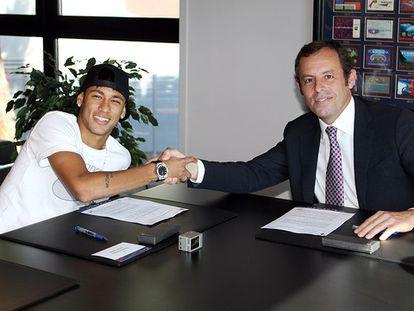 Neymar y Sandro Rosell, en 2013, cuando el brasileño fichó por el Barcelona.