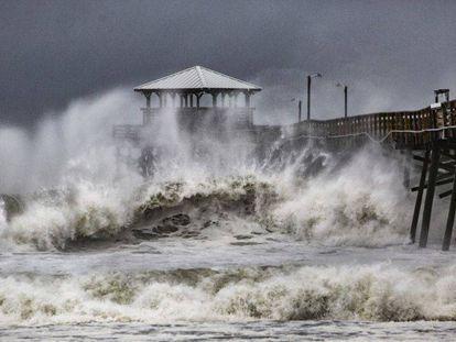 Las olas golpean un restaurante en Atlantic Beach, en Carolina del Norte, durante los primeros momentos de la llegada del huracán Florence.