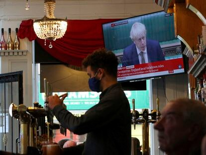 Clientes de un pub de Liverpool escuchan este lunes las nuevas medidas anunciadas por Boris Johnson.