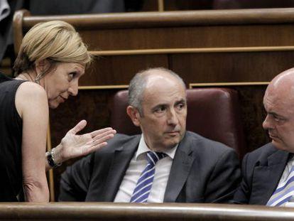 La portavoz de UPyD, Rosa Díez, conversa con los diputados de PNV, Emilio Olabarría y José Erkoreka en el Congreso.