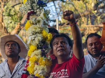 Un hombre levanta el puño durante el entierro del activista asesinado Samir Flores.