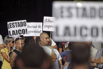Integrantes del movimiento 15-M se manifiestan a favor de un Estado laico.