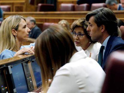 La diputada Cayetana Álvarez de Toledo habla en el hemiciclo con el parlamentario Pablo Montesinos. En vídeo, sus frases más polémicas.