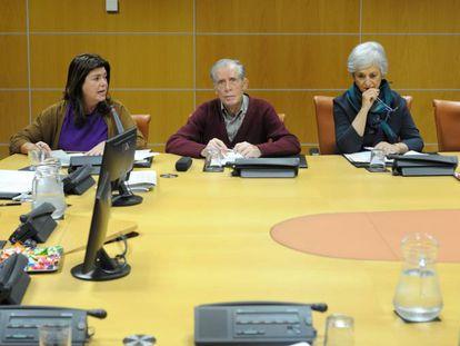 Desde la izquierda, Jonan Fernández, Maite Alonso y los tres autores de 'Herenegun', Mariano Ferrer, Mari Carmen Garmendia y Juan Pablo Fusi, este viernes en el Parlamento.