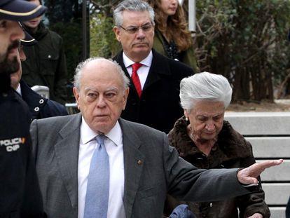 Jordi Pujol y Marta Ferrusola salen de la Audiencia Nacional tras prestar declaración, en 2016.