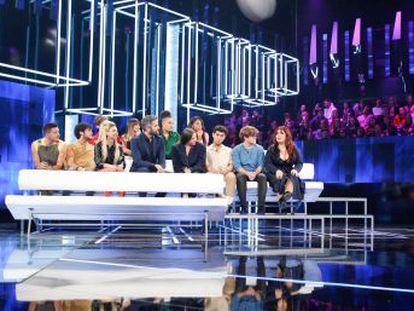 Los 18 concursantes llevan la lección aprendida  seguridad apabullante en el escenario, inseguridad entrañable fuera de él