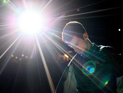 Novak Djokovic accede a la pista en un torneo en París-Bercy.