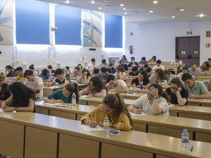 Estudiantes durante el examen de selectividad hoy en la Universidad de Sevilla.
