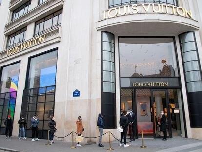 Clientes ante la tienda de lujo Louis Vuitton de los Campos Elíseos de París, que ha reabierto este lunes.