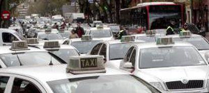 Taxis durante una protesta gremial en las calles de Madrid en el año 2009. EFE/Archivo