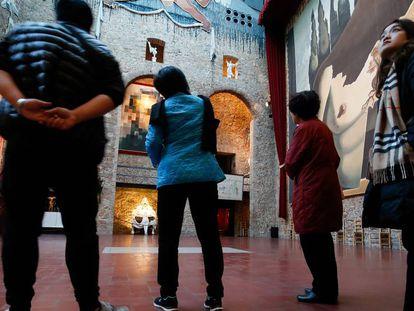 Un grupo de turistas extranjeros visita el museo Dalí en Figueres