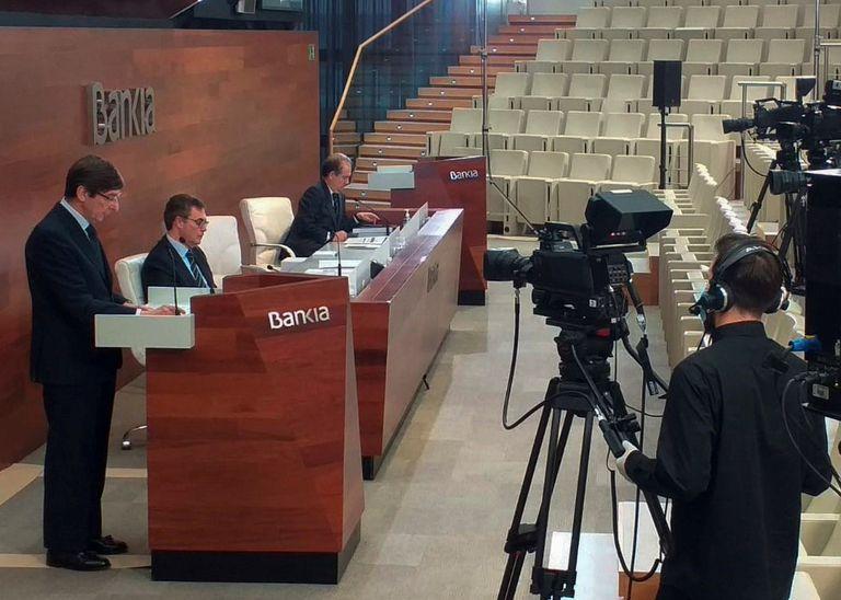 El presidente de Bankia, José Ignacio Goirigolzarri (i), y el Consejero Delegado José Sevilla (c), durante la celebración de la Junta General de Accionistas 2020, que se ha realizado de manera no presencial esta mañana en Madrid.- EFE/Bankia/NO VENTAS/SOLO USO EDITORIAL
