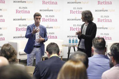 Rodrigo Álvarez, de Accenture Digital, habla en presencia de Jaime García Cantero, responsable de contenidos de Foro Retina, durante la presentación del evento.