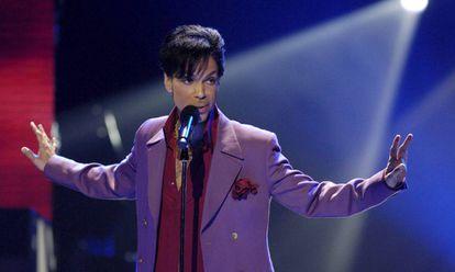 Prince, vestido con el color elegido por Pantone como tono de 2018, en 2006.