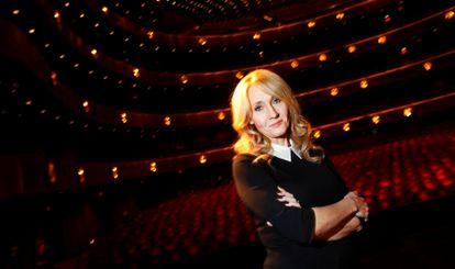 La escritora J.K. Rowling, en una foto promocional de una de sus novelas